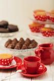 Пирожные, шоколады и кофе с молоком Стоковые Фотографии RF