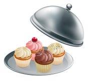 Пирожня на серебряном диске иллюстрация штока