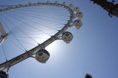 Пирофакел вокруг колеса ferris крупного игрока, Лас-Вегас Солнця стоковая фотография