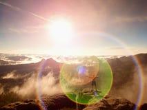 пирофакел Дефект объектива, отражения Альпинист в брюках с поднятыми оружиями Человек тела нагой Стоковая Фотография RF