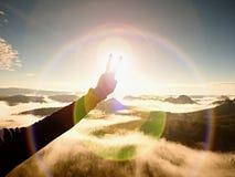 пирофакел Дефект объектива, отражения Рука человека делает символ победы к Солнцю Стоковые Изображения RF