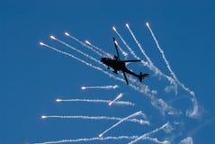 Пирофакелы стрельбы вертолета Стоковое фото RF