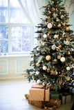 Пиршество рождества Красиво украшенный дом с деревом и настоящие моменты на рождестве Стоковая Фотография RF