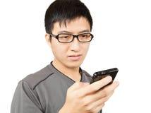писание sms мобильного телефона человека Стоковые Фото