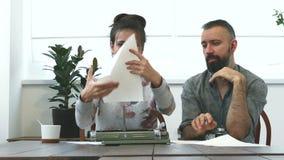 2 писателя человек и женщина на работе акции видеоматериалы