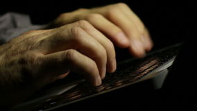 Писатель компьтер-книжки писать его роман поздно на ноче сток-видео