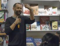 Писатель volo Fabio показывает палец Стоковое Фото