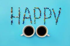Писем слов взгляд сверху 2 предпосылки эспрессо кофе чашки шоколада камешков белизна керамических ярких голубых счастливая Стоковое фото RF