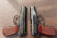 пистолет лежит на таблице Стоковые Изображения RF