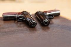 пистолет лежит на таблице Стоковые Фото