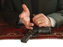 пистолет человека рук Стоковое Фото