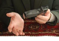 пистолет человека рук Стоковое фото RF