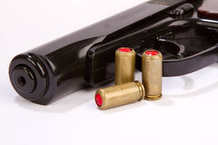 Пистолет при изолированные боеприпасы Стоковая Фотография RF