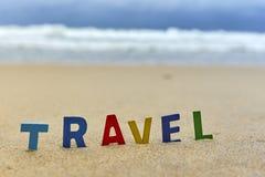 Письма ПЕРЕМЕЩЕНИЯ деревянные на пляже Стоковое Фото