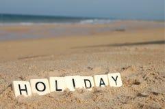 Письма праздника на солнечном пляже с морем в предпосылке Стоковое Фото