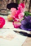 Письма ручки и антиквариата Quill с ветреницей цветут Стоковое фото RF