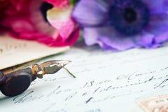 Письма ручки и антиквариата Quill с цветками Стоковые Фотографии RF