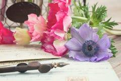 Письма ручки и антиквариата Quill с цветками Стоковые Изображения