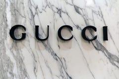Письма Gucci на мраморной стене Стоковое Изображение
