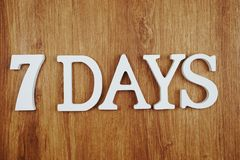 Письмо алфавита 7 дней с экземпляром космоса на деревянной предпосылке стоковое фото rf