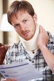 Письмо заявки чтения шейного бандажа человека нося Стоковая Фотография RF