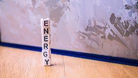 Письмо куба ЭНЕРГИИ в куче с солнечной поверхностью клетки кремния в предпосылке Концепция экологически чистой энергии Стоковая Фотография