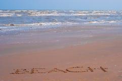 Письмо на пляже под окном в крыше Стоковое Изображение RF