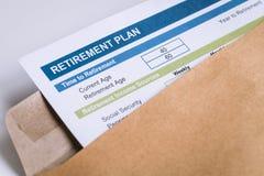 Письмо планирования выхода на пенсию в коричневом отверстии конверта Стоковые Изображения RF