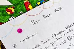 Письмо ребенка к Санта Клаусу (папе Noel) в французском стоковые фото