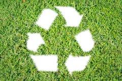 Письмо рециркулирует изолированную траву знака зеленую Стоковые Фотографии RF