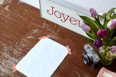 Письмо связанное тесьмой на тюльпанах таблицы и украшении камеры Стоковое фото RF