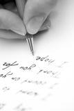 Письмо сочинительства к другу стоковые фото