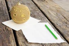 Письмо сочинительства к Санта Клаусу на винтажном деревянном столе Стоковые Фотографии RF