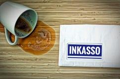 Письмо с в немцем Rechnung в английском счете и сброшенная кофейная чашка от испуга стоковое изображение