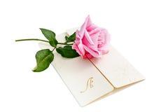 Письмо с розой пинка над белой предпосылкой стоковые изображения rf