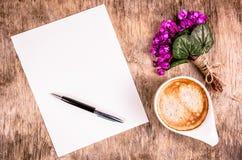 Письмо, цветки и кофе ¡ Ð вверх кофе и нежных цветков весны Чистый лист бумаги и ручки на деревянной предпосылке Стоковое Фото