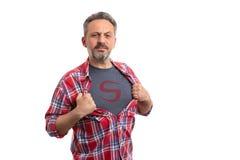 Письмо человека показывая на футболке стоковые изображения