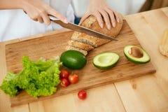 питание диетпитания Закройте вверх рук женщины режа продукты стоковое изображение rf