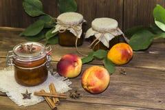 Питание Домодельный законсервированный плодоовощ в чонсервных банках Варенье и свежие зрелые персики стоковое изображение