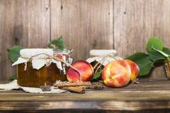 Питание Домодельный законсервированный плодоовощ в чонсервных банках Варенье персика плодоовощ и свежий r стоковое изображение rf