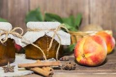 Питание Домодельный законсервированный плодоовощ в чонсервных банках Варенье персика плодоовощ и свежий r стоковые фотографии rf