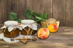 Питание Домодельный законсервированный плодоовощ в чонсервных банках Варенье персика плодоовощ и свежий r стоковые изображения
