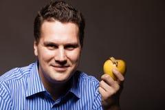 питание диетпитания Счастливый человек держа плодоовощ яблока Стоковые Фото