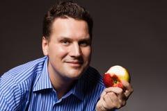 питание диетпитания Счастливый человек есть плодоовощ яблока Стоковые Изображения RF