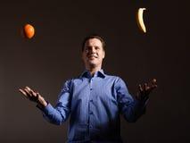 питание диетпитания Человек жонглируя с тропическими плодоовощами Стоковая Фотография RF
