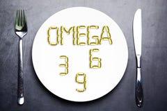 Питательное дополнение омеги 3, омеги 6 или омеги 9 от желтых капсул рыбьего жира на плите Стоковое Изображение