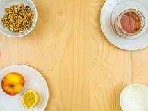 Питательные здоровые ингридиенты, яблоко, сыр, грецкие орехи и мед вокруг космоса экземпляра Стоковые Изображения RF