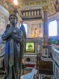 Питер в цепях - главный алтар с ` s St Peter приковывает старую реликвию Стоковые Фотографии RF