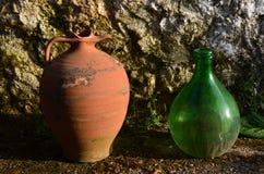 Питчер глины и стеклянный кувшин Стоковое Изображение