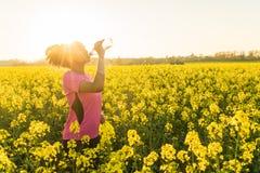 Питьевая вода бегуна подростка девушки смешанной гонки Афро-американская Стоковое Фото